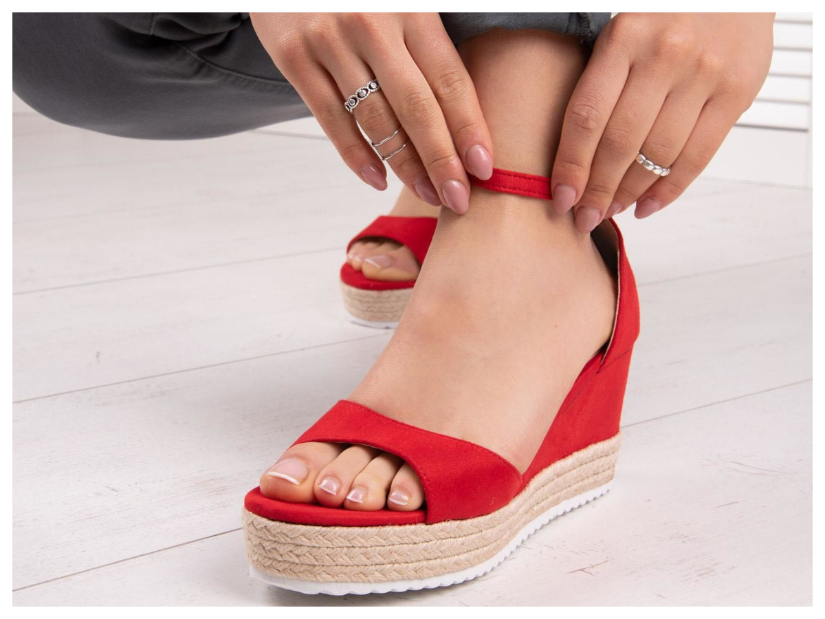 czerwone buty na koturnie