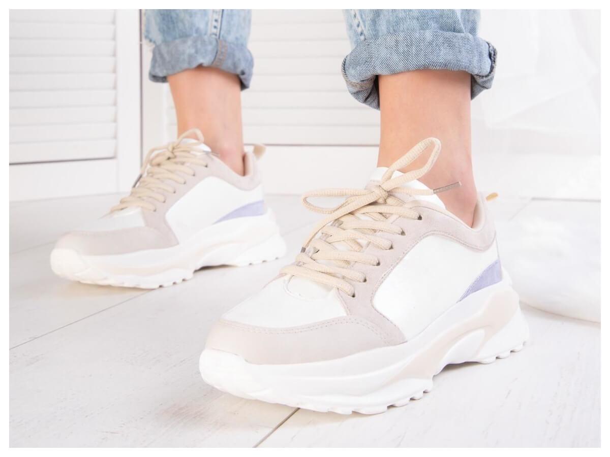 Beżowe damskie buty sportowe w stylizacji ze spódnicą na lato